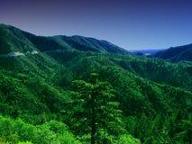 Montanhas verdes e queda da noite Fotografia de Stock