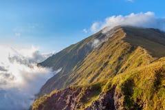Montanhas verdes nas nuvens O Cáucaso Fotos de Stock