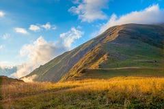 Montanhas verdes nas nuvens O Cáucaso Imagens de Stock Royalty Free