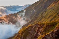 Montanhas verdes nas nuvens O Cáucaso Imagens de Stock
