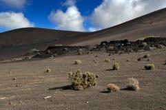 Montanhas vulcânicas na ilha de Lanzarote, Ilhas Canárias, Espanha fotos de stock
