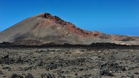 Montanhas vulcânicas na ilha de Lanzarote, Ilhas Canárias, Espanha imagens de stock