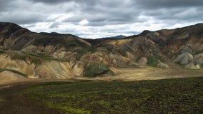 Montanhas vulc?nicas coloridas magn?ficas no parque Landmannalaugar Isl?ndia do vale em horas de ver?o fotos de stock royalty free