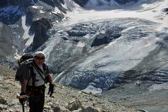 Montanhista acima da geleira de Tiefmatten imagem de stock royalty free