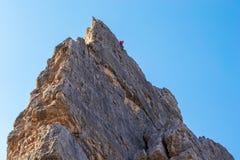 Montanhista alto acima em uma rota clássica do multi-passo em Cinque Torri, Itália, uma área famosa da escalada nas montanhas da  fotos de stock