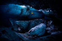 Montanhista de gelo que abseiling na caverna maciça na caverna de gelo fotos de stock