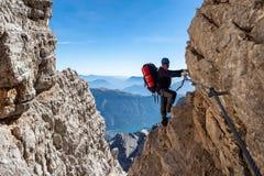 Montanhista de montanha masculino na através de Ferrata fotografia de stock