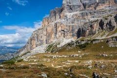 Montanhista de montanha masculino na através de Ferrata na paisagem excitante de montanhas das dolomites em Itália foto de stock royalty free