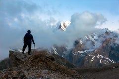 Montanhista de montanha na cimeira fotos de stock