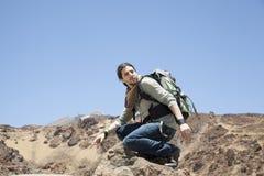 Montanhista de montanha na parte superior de uma rocha Imagem de Stock Royalty Free