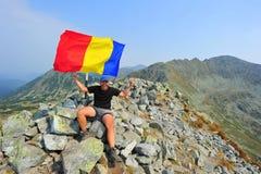 Montanhista de montanha na parte superior - pico de Peleaga, Retezat fotografia de stock