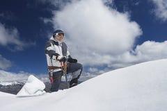 Montanhista de montanha que alcança sobre o pico nevado Imagem de Stock Royalty Free