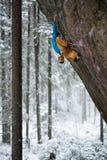 Montanhista de rocha, atleta profissional, escalando em montanhas carelianas Esportes extremos Foto de Stock Royalty Free