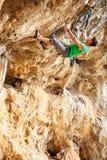 Montanhista de rocha em um penhasco imagem de stock