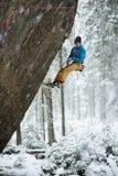 Montanhista de rocha em uma subida desafiante Escalada extrema Esportes de inverno originais Natureza escandinava fotos de stock royalty free