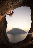 Montanhista de rocha fêmea no por do sol, Kalymnos, Grécia foto de stock