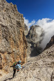 Montanhista de rocha fêmea novo nas dolomites, Sudtirol, Itália Foto de Stock