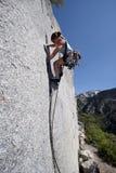 montanhista de rocha forte da mulher Foto de Stock Royalty Free