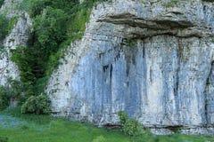 Montanhista de rocha no penhasco de Kilnsey imagens de stock royalty free