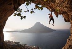 Montanhista de rocha no por do sol. Kalymnos, Grécia. fotos de stock royalty free
