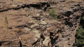 Montanhista de rocha profissional em um penhasco vídeos de arquivo