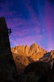 Montanhista de rocha que adere-se a um penhasco. foto de stock