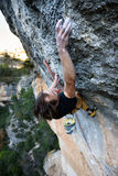 Montanhista de rocha que ascensão um penhasco desafiante Escalada extrema do esporte Liberdade, risco, desafio, sucesso Foto de Stock Royalty Free