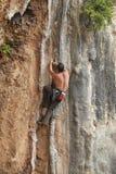 Montanhista de rocha que esforça-se para fazer o movimento seguinte fotos de stock royalty free
