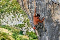 Montanhista de rocha que move a rocha Imagem de Stock