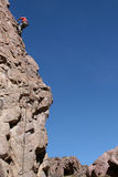 Montanhista de rocha que rappeling Imagem de Stock