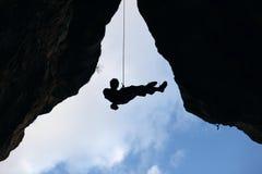 Montanhista de rocha que vai para baixo da parte superior da rota Imagens de Stock Royalty Free