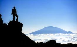Montanhista em Mt Kilimanjaro com vista de Mt Meru Imagem de Stock Royalty Free