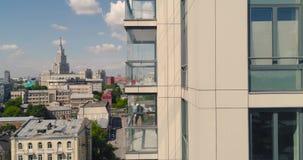 Montanhista industrial - limpeza da fachada Zangão do ar da fotografia aérea video estoque