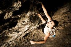 Montanhista masculino na caverna imagens de stock royalty free