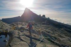 Montanhista não identificado que passa a fuga à cimeira da montagem de Kinabalu Fotos de Stock Royalty Free