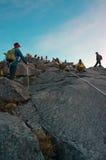 Montanhista não identificado que passa a fuga à cimeira da montagem de Kinabalu Fotografia de Stock