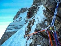 Montanhista na escalada do gelo fotografia de stock royalty free