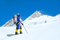 Montanhista na geleira Sucesso, liberdade e felicidade, realização nas montanhas fotos de stock royalty free