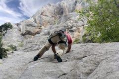 Montanhista na parede da rocha Fotos de Stock Royalty Free