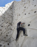Montanhista na parede de escalada Fotografia de Stock
