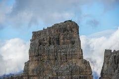 Montanhista na parte superior de uma montanha rochosa, montanha de Cinque Torri, dolomites, Vêneto, Itália Foto de Stock Royalty Free