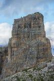 Montanhista na parte superior de uma montanha rochosa, montanha de Cinque Torri, dolomites, Vêneto, Itália Imagem de Stock Royalty Free
