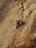 Montanhista na rocha alaranjada Imagem de Stock Royalty Free