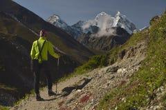 Montanhista no vale de Khumbu Himalaya, Nepal fotografia de stock
