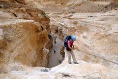 Montanhista que rappelling da cachoeira seca fotografia de stock