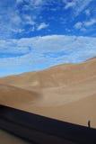 Montanhista solitário nas dunas de areia Imagem de Stock Royalty Free