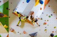Montanhistas de rocha no gym de escalada fotografia de stock
