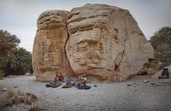 Montanhistas de rocha que relaxam após uma escalada na rocha vermelha C Fotografia de Stock