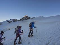 Montanhistas em Monte Rosa atrás do pico de Lyskamm, Monte Rosa, cumes, ele Imagem de Stock