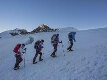 Montanhistas em Monte Rosa atrás do pico de Lyskamm, Monte Rosa, cumes, ele Fotografia de Stock